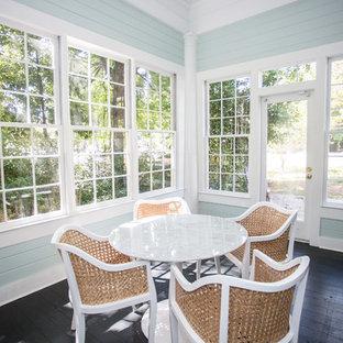 Bild på ett litet lantligt uterum, med målat trägolv, tak och svart golv