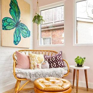 Inspiration pour une véranda nordique avec un sol en bois clair, un plafond standard, aucune cheminée et un sol marron.