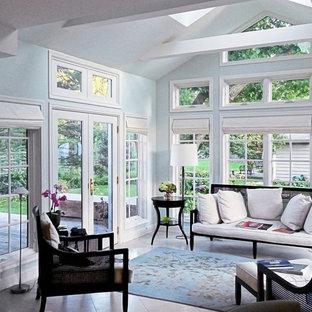 Idéer för ett stort klassiskt uterum, med travertin golv, takfönster och vitt golv