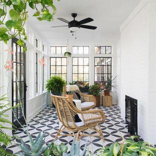 Idéer för ett litet klassiskt uterum, med tak, en standard öppen spis, en spiselkrans i tegelsten och flerfärgat golv