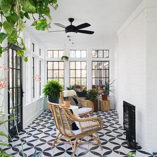 Ejemplo de galería clásica renovada, pequeña, con chimenea tradicional, marco de chimenea de ladrillo, techo estándar y suelo multicolor