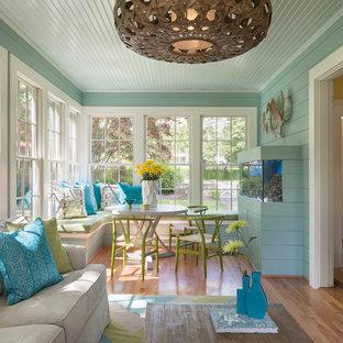 Imagen de galería costera, de tamaño medio, sin chimenea, con suelo de madera en tonos medios, techo estándar y suelo beige
