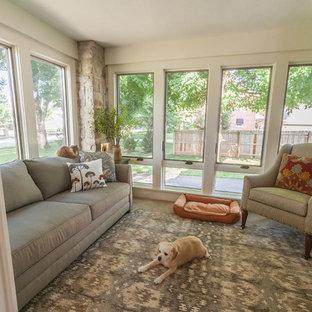 Immagine di una veranda classica di medie dimensioni con moquette, soffitto classico e nessun camino