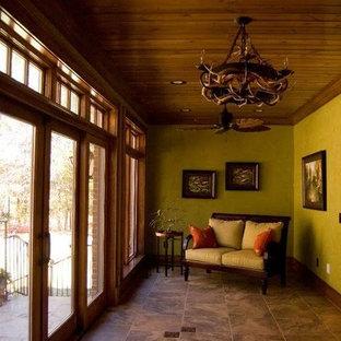 Imagen de galería retro, de tamaño medio, sin chimenea, con suelo de baldosas de cerámica, techo estándar y suelo beige