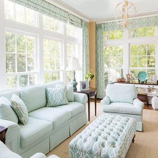 Idées déco pour une grand véranda classique avec un sol en bois brun, un plafond standard et aucune cheminée.