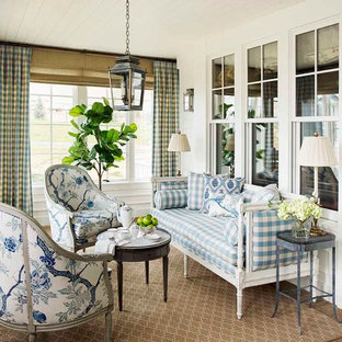 Inspiration pour une grand véranda traditionnelle avec un sol en calcaire, un plafond standard et un sol beige.