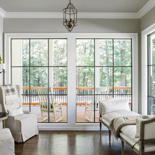 Ispirazione per una veranda country con pavimento in laminato, soffitto classico e pavimento marrone