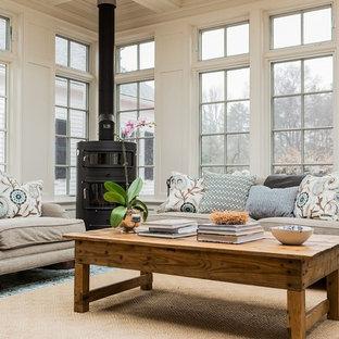 ボストンの中くらいのトラディショナルスタイルのおしゃれなサンルーム (薪ストーブ、標準型天井) の写真