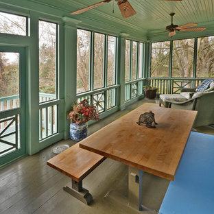 Foto di una veranda country con pavimento in legno verniciato, nessun camino e soffitto classico