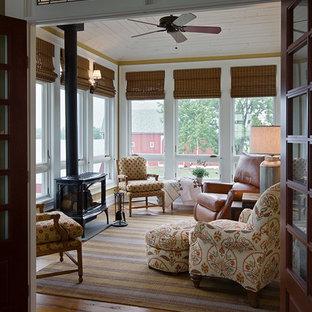 Idéer för små lantliga uterum, med mellanmörkt trägolv, en öppen vedspis, tak och brunt golv