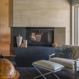 Cette photo montre une véranda moderne de taille moyenne avec un sol en ardoise, une cheminée standard, un manteau de cheminée en carrelage, un plafond standard et un sol noir.