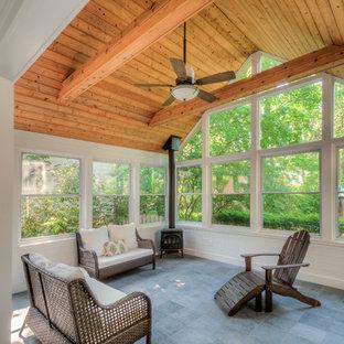 Inspiration för ett mellanstort vintage uterum, med klinkergolv i porslin, en öppen vedspis och tak