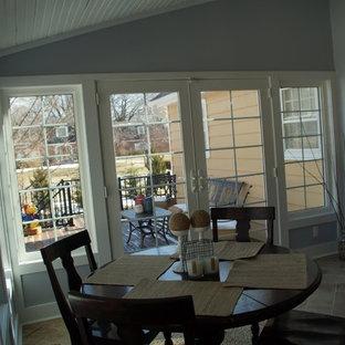 Cette image montre une véranda sud-ouest américain de taille moyenne avec un sol en carrelage de céramique, aucune cheminée et un plafond standard.