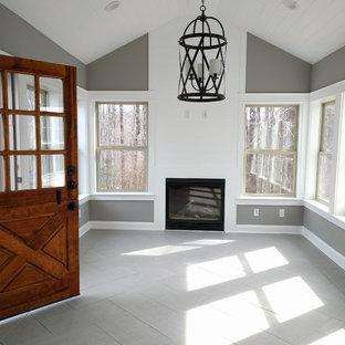 Idee per una veranda tradizionale di medie dimensioni con pavimento in gres porcellanato, camino classico, cornice del camino in legno e soffitto classico