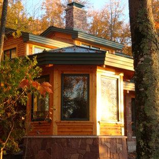 Inspiration för mellanstora rustika uterum, med bambugolv, en standard öppen spis, tak och brunt golv