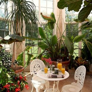 Foto di una veranda tradizionale con nessun camino e pavimento beige
