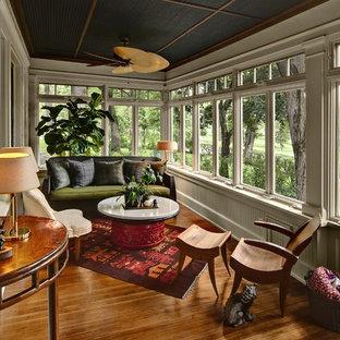 ミネアポリスのトラディショナルスタイルのおしゃれなサンルーム (茶色い床) の写真