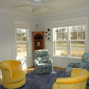 Idéer för ett litet amerikanskt uterum, med ljust trägolv, tak och gult golv