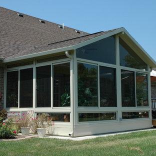 Exempel på ett mellanstort klassiskt uterum, med tak