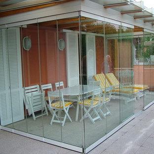 Exempel på ett mellanstort modernt uterum, med betonggolv och glastak