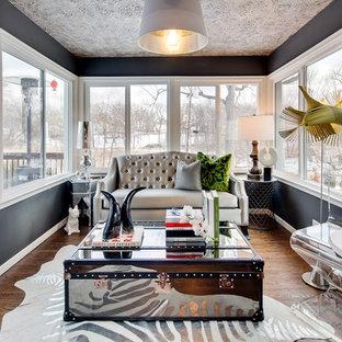 Exemple d'une véranda éclectique avec un sol en bois brun et un plafond standard.