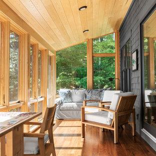 Idee per una veranda stile marino di medie dimensioni con pavimento in legno massello medio e pavimento marrone