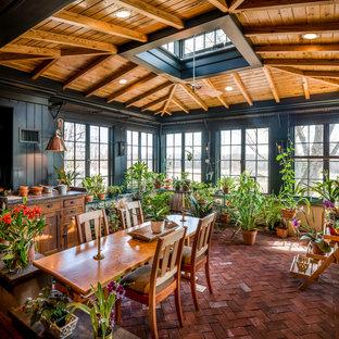 Esempio di una veranda country di medie dimensioni con pavimento in mattoni, lucernario e pavimento rosso