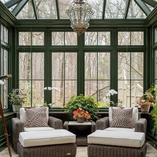 Aménagement d'une véranda classique de taille moyenne avec un sol en calcaire, un sol beige et un plafond en verre.