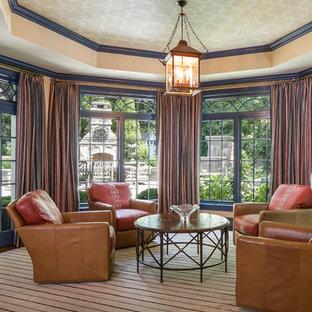 ニューヨークのトラディショナルスタイルのおしゃれなサンルーム (カーペット敷き、暖炉なし、標準型天井、マルチカラーの床) の写真