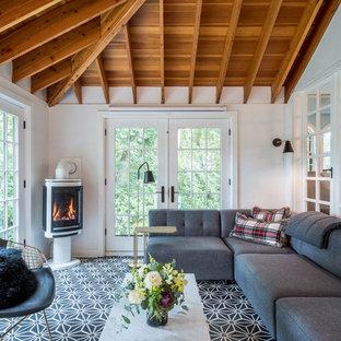 Cette image montre une grand véranda traditionnelle avec un sol en carrelage de céramique, un manteau de cheminée en plâtre, un plafond standard, un sol multicolore et une cheminée d'angle.