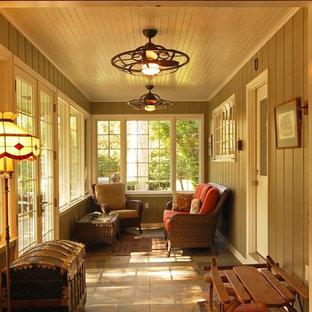 Exemple d'une véranda chic de taille moyenne avec un sol en carrelage de céramique, aucune cheminée et un plafond standard.