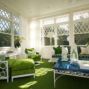 Immagine di una veranda tradizionale di medie dimensioni con parquet scuro, soffitto classico e pavimento verde