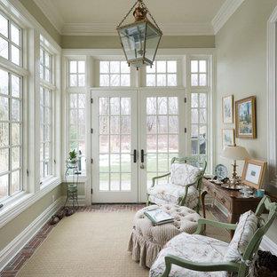 Immagine di una piccola veranda chic con pavimento in mattoni, nessun camino e soffitto classico