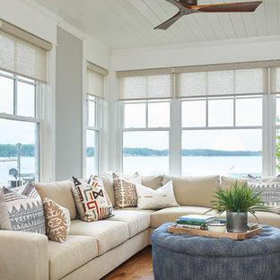 Cette image montre une véranda marine de taille moyenne avec un sol en bois brun, un plafond standard et un sol marron.