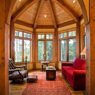 Inspiration pour une grand véranda chalet avec un sol en bois brun.