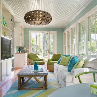 Idée de décoration pour une véranda marine avec un sol en bois brun, aucune cheminée, un plafond standard et un sol beige.