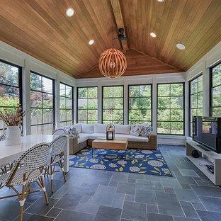 Inspiration för ett mellanstort funkis uterum, med travertin golv, tak och grått golv