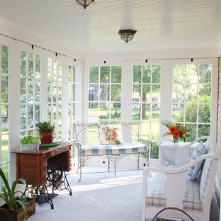 Cette image montre une véranda rustique de taille moyenne avec moquette, aucune cheminée, un plafond standard et un sol gris.