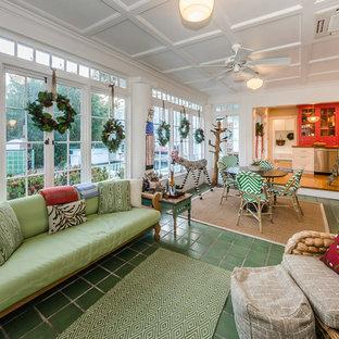 Idéer för ett eklektiskt uterum, med klinkergolv i keramik, tak och grönt golv