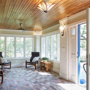 Aménagement d'une très grand véranda craftsman avec un sol en carreau de terre cuite, un manteau de cheminée en bois, un plafond standard et un sol multicolore.