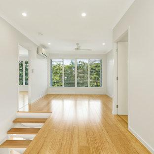 Ispirazione per una veranda minimalista di medie dimensioni con pavimento in bambù, nessun camino e soffitto classico