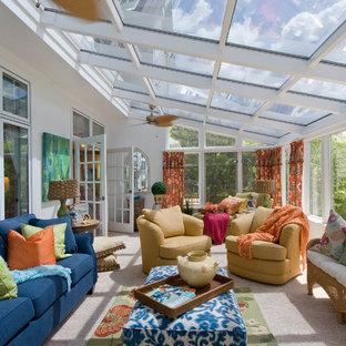 Idée de décoration pour une véranda tradition de taille moyenne avec moquette, un plafond en verre et un sol beige.