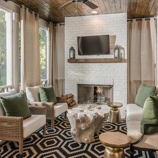 Idées déco pour une véranda classique avec une cheminée standard, un manteau de cheminée en brique et un plafond standard.