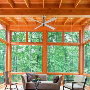 Inspiration för ett rustikt uterum, med tak och brunt golv