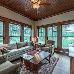 Idéer för att renovera ett mellanstort amerikanskt uterum, med mellanmörkt trägolv, tak och gult golv