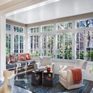 Idée de décoration pour une véranda tradition avec un sol en bois foncé et un plafond standard.