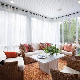 Idées déco pour une véranda classique avec un plafond standard et un sol orange.