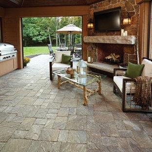 Rustikaler Wintergarten mit Betonboden, Eckkamin, Kaminsims aus Stein und normaler Decke in Minneapolis