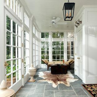 Idées déco pour une grand véranda classique avec un plafond standard, un sol gris, un sol en ardoise et aucune cheminée.