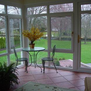 Idée de décoration pour une véranda tradition de taille moyenne avec un sol en carrelage de céramique, aucune cheminée, un plafond standard et un sol orange.